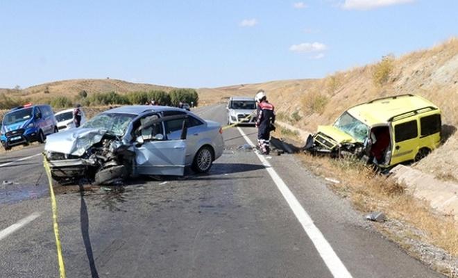 Otomobille taksi çarpıştı: 2 ölü