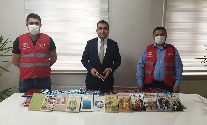 Evlerinden çıkamayan gençlere kitap hediye edildi