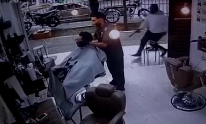 Berber koltuğundaki müşteriye infaz