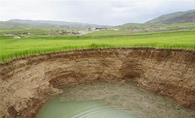 Buğday tarlasında 40 metre çapında obruk oluştu