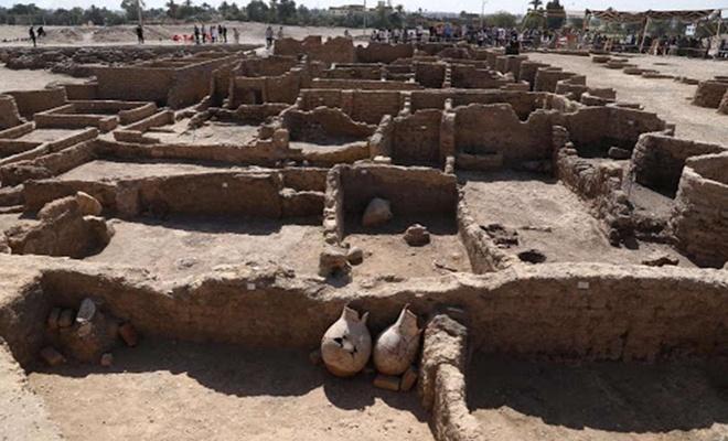 Mısır'da keşfedilen 3 bin yıllık antik kent dünyaya tanıtıldı