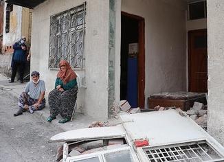 İzmir'de kaza! Belediye otobüsü evi yıktı
