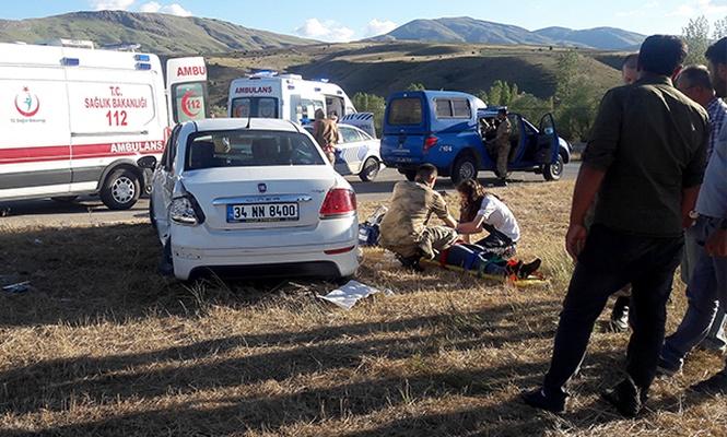 Erzincan`da otomobil ile kamyonet çarpıştı: 6 yaralı