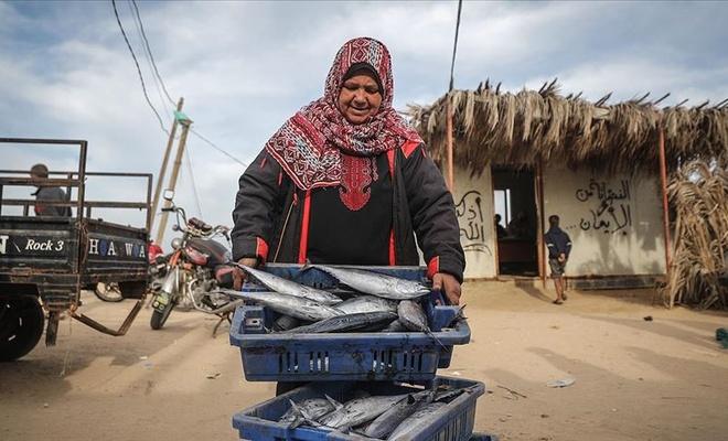Gazze balık pazarında emektar kadınlar