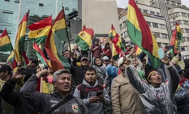 Morales'in istifasının ardından halk sokaklara döküldü