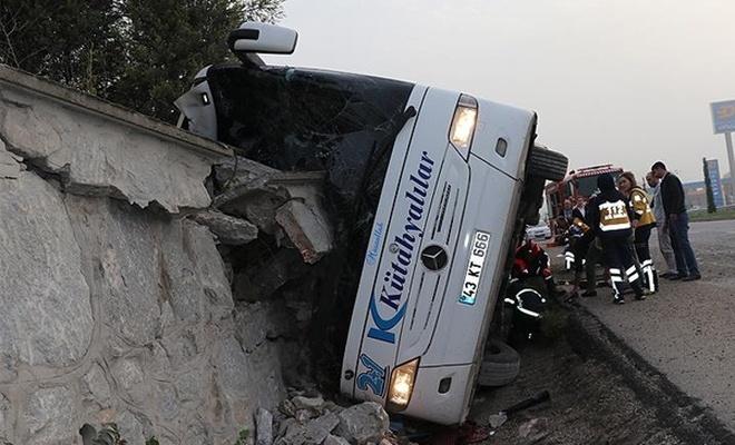 Kütahya`da yolcu otobüsü devrildi