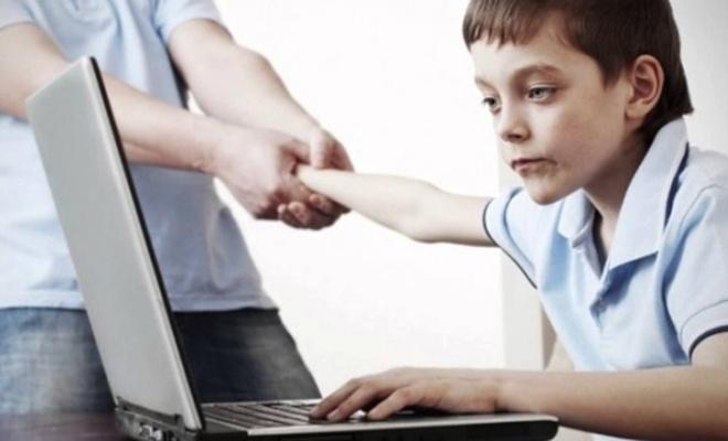 """Ailelere tatilde """"dijital dünya"""" ile ilgili uyarılar!"""