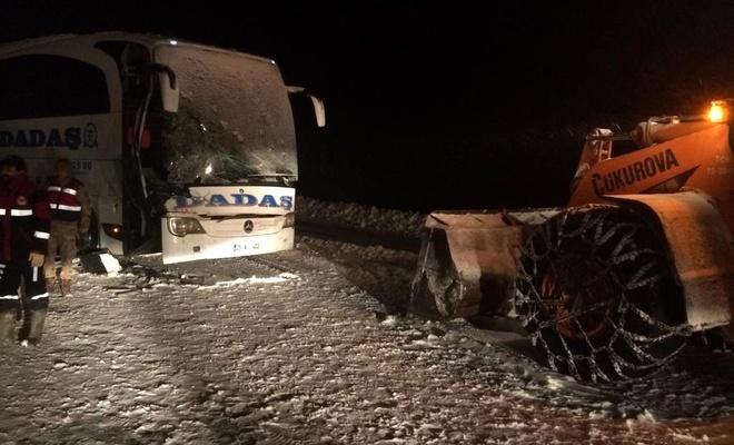 Sivas'ta yolcu otobüsü kepçeyle çarpıştı: 1 ölü