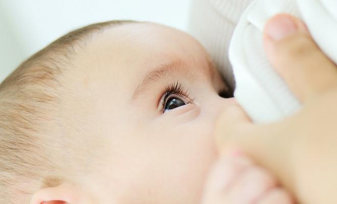Bebeklere ilk 6 ay başka bir şey verilmemeli