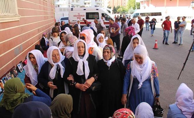 Bitlisli annelerden evlat nöbeti tutan ailelere destek