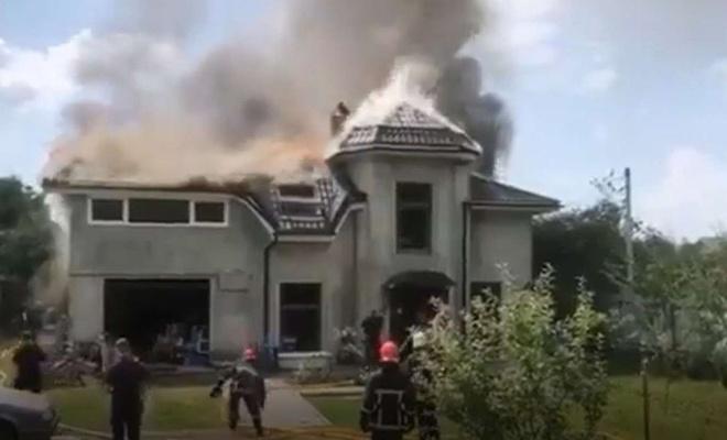 Uçak evin çatısına düştü: 4 ölü