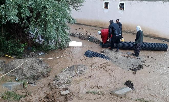 Van'da aniden bastıran yağmur sele neden oldu