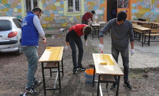 Köy okullarının masa ve sıralarını onarıyorlar