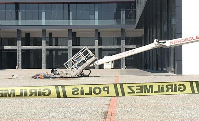 Otel camını silerken vinç devrildi: 2 işçi öldü