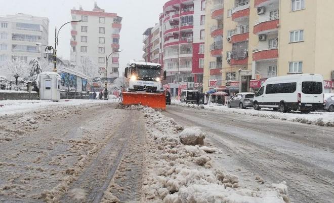Siirt'te kara hazırlıksız yakalanan sürücüler yolda mahsur kaldı