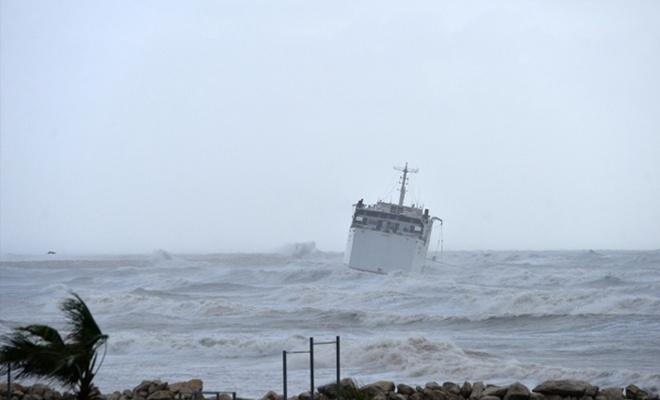 Mersin`de fırtına kargo gemisini sürükledi