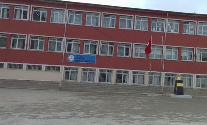 Darbedilen kadın öğretmen hastaneye kaldırıldı