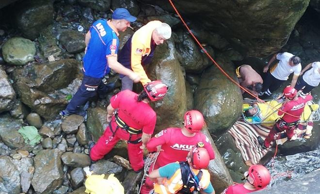 Şelalede kayalıklara düşen kişi yaralandı