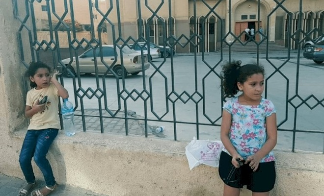 Babaları için bekledikleri cezaevi kapısında şimdi anneleri için bekliyorlar