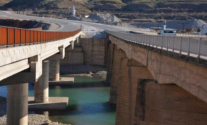 Altı yıldır bitmiş olan köprü daha yeni ulaşıma açıldı
