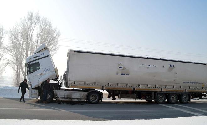 Sibirya soğuklarında hareket halindeki araçlar dondu, ısınmak için zorlanan araç alev aldı