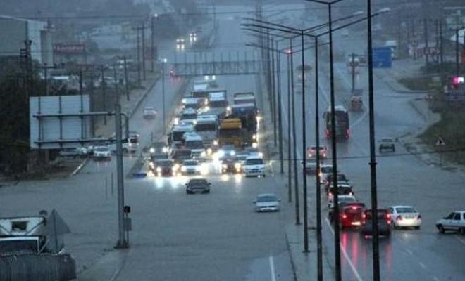Şiddetli yağmur Çanakkale yolunu kapattı