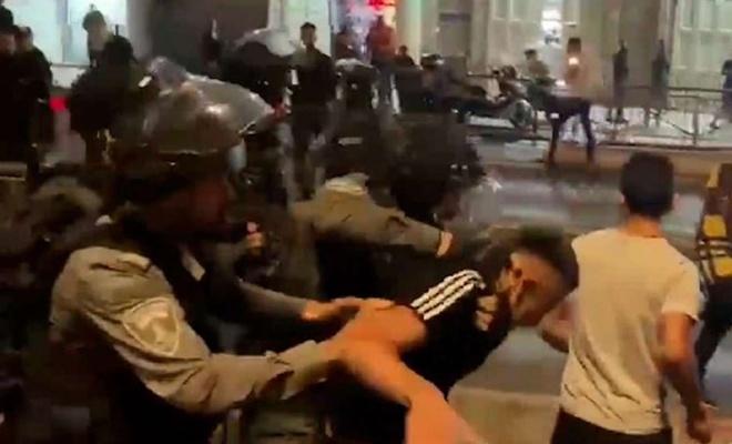 Siyonist terörist askerler sivil kıyafetlerle Filistinlilere saldırıyor