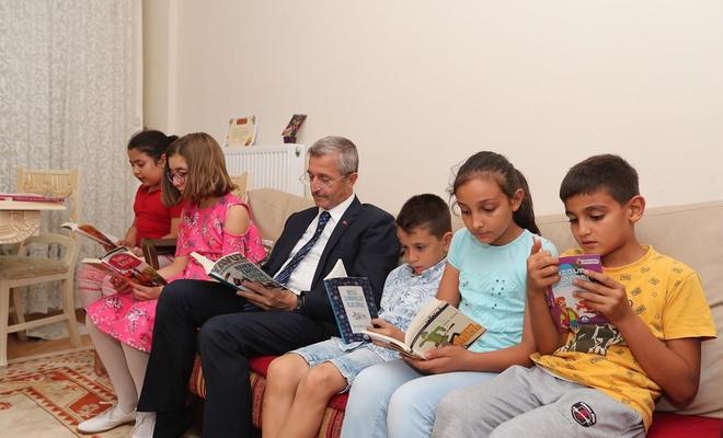 """""""Kitap okumayı alışkanlık haline getirmeliyiz"""""""