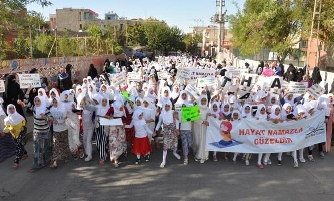 Namazı öğrenen binlerce çocuk yürüyüş yaptı