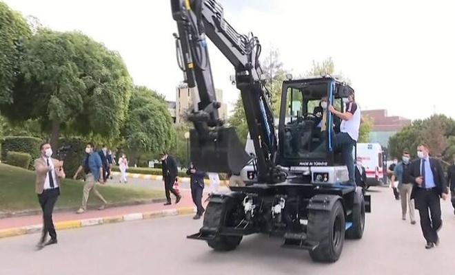 Erdoğan, yerli elektrikli iş makinesini test etti.