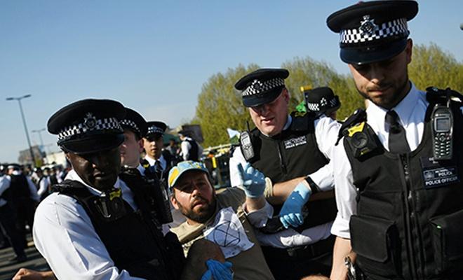İngiltere'de gösteriler devam ederken gözaltılar da artıyor