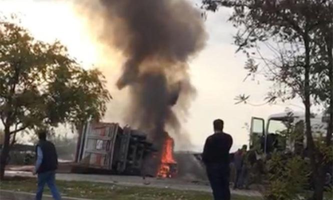 Kaza yapan kamyon alev aldı