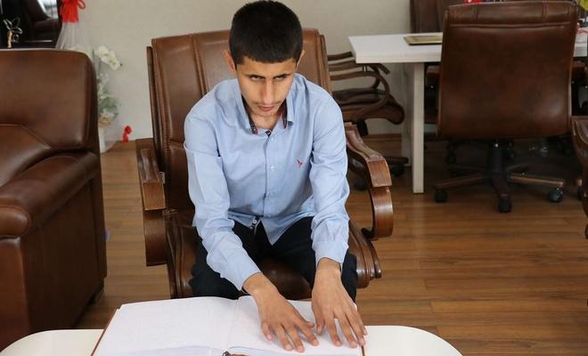 Görme engelli öğrencinin Kur'an-ı Kerimi okuma azmi imrendiriyor
