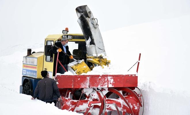 Kar kalınlığının 6 metreye ulaştığı bölgede çalışmalar devam ediyor