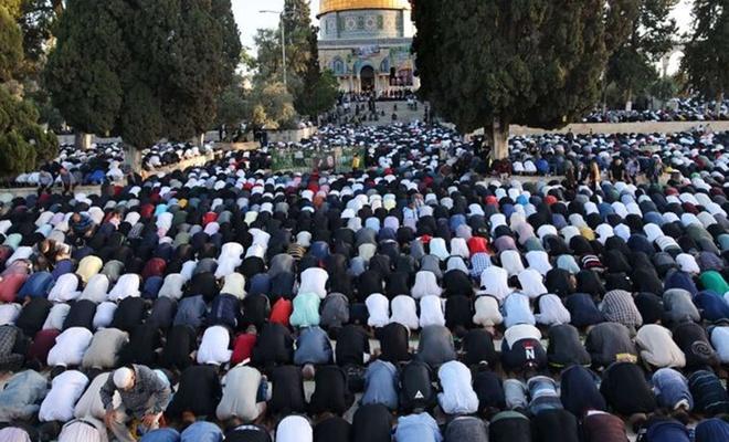 40 bin kişi Cuma namazı için Mescid-i Aksa'da saf tuttu