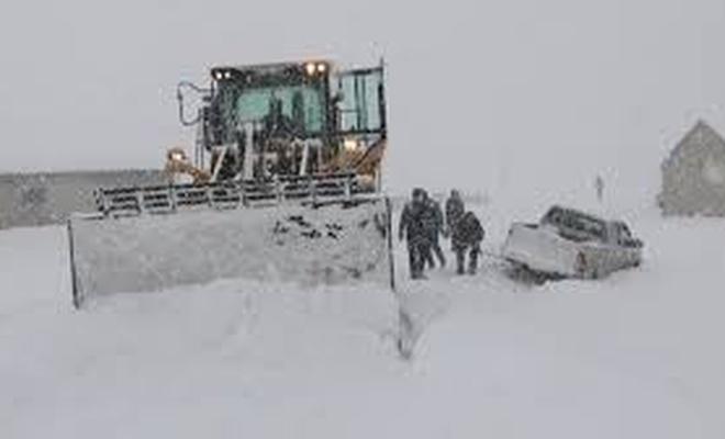 Hakkari'de kar ve tipi nedeniyle yolda kalan araçlar kurtarıldı