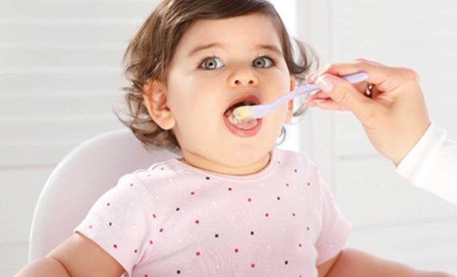 Bebeğinizin kaşığıyla mama verirken sakın bunu yapmayın!