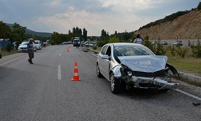 Burdur`da iki otomobil çarpıştı: 7 yaralı