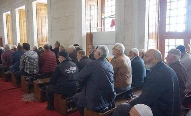 Sandalyede namaz kılınması camileri kiliselere mi benzetiyor?