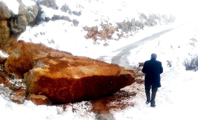Malatya'da yola düşen kayalar korkuttu