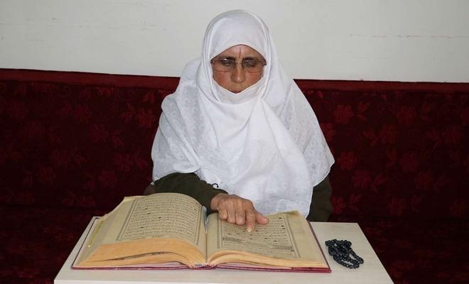 84 yaşındaki Hamide ninenin Kur'an-ı Kerim aşkı imrendiriyor
