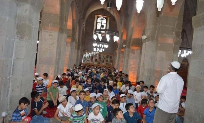 Kur`an kursu öğrencileri türbe ve tarihi yerleri gezdiler