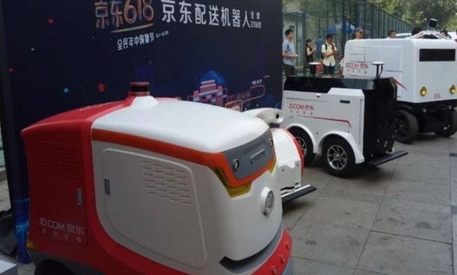 Pekin sokaklarında Robot kurye