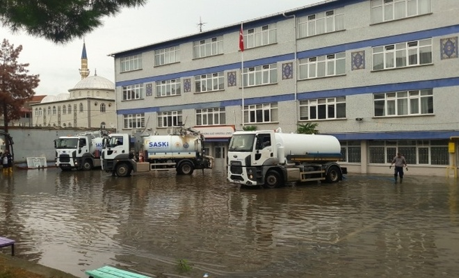 Samsun'da kuvvetli sağanak: 2 okulda eğitime ara verildi