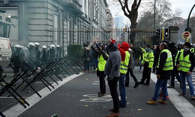 Sarı yeleklilerden Google protestosu
