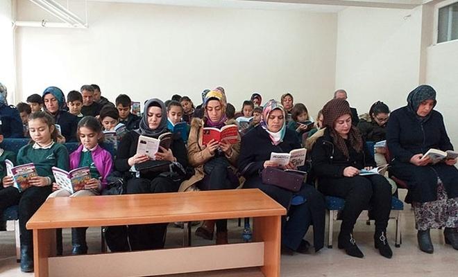 Veliler, çocuklarıyla aynı sırada kitap okuyor
