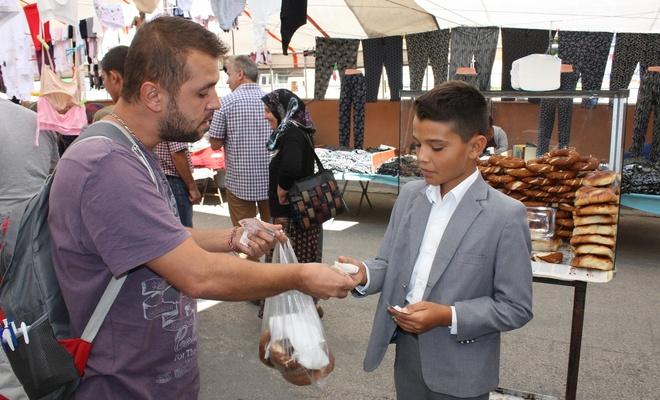Birileri simit atarken; O, okul harçlığını simit satarak kazanıyor