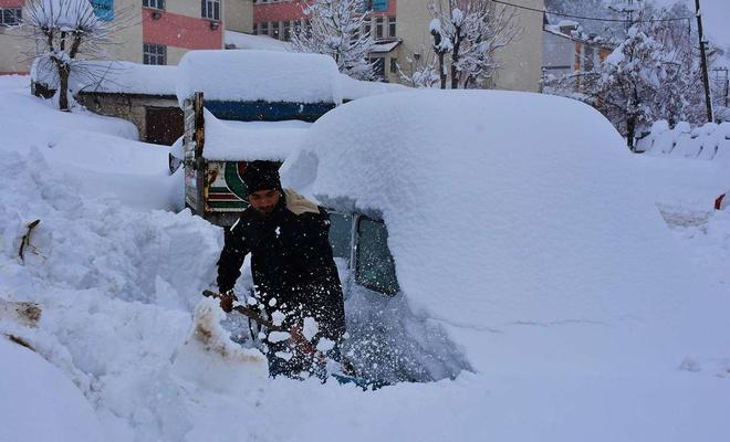 Bitlis'te vatandaşlar kara gömülen araçlarını arıyor
