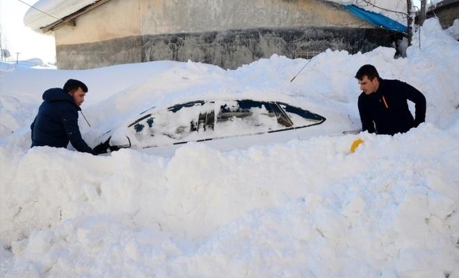 Bitlis`te ev ve araçlar kara gömüldü