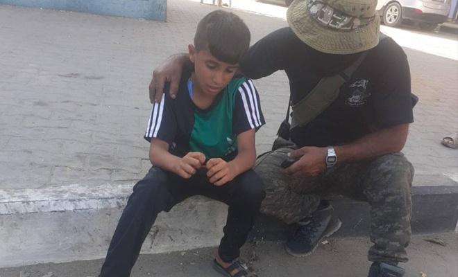 Küçük Mücahidi bir Kassam Tugayı Mücahidi teselli etti.